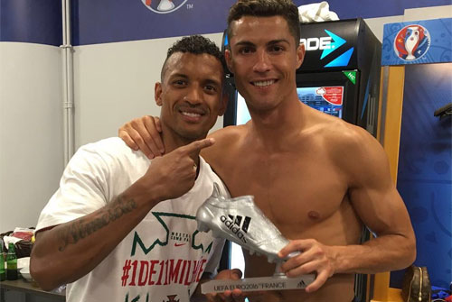 Ronaldo tặng Nani phần thưởng Chiếc giày Bạc