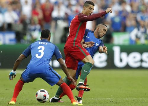 Roy Keane ca ngợi cú vào bóng khiến Ronaldo phải rời sân