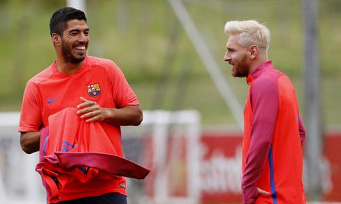 Messi khoe kiểu tóc mới trong ngày hội quân với Barca