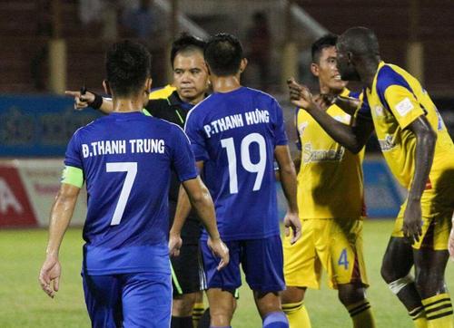 nhung-lum-xum-cua-trong-tai-o-v-league-2016-3