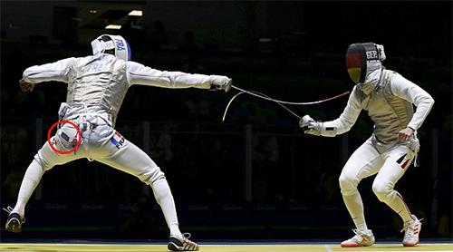 Kiếm thủ Pháp rơi điện thoại khi đang thi đấu tại Olympic