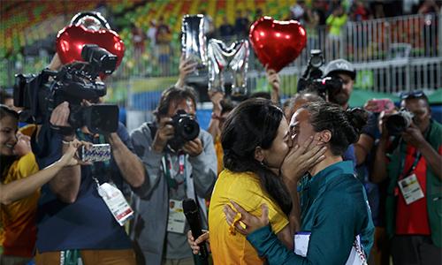 Cầu thủ được bạn đồng tính cầu hôn ngay trên sân đấu Olympic