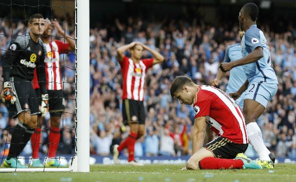 Guardiola thắng trận đầu ở Ngoại hạng Anh nhờ bàn phản lưới