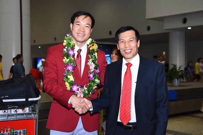 Biển người chào đón Hoàng Xuân Vinh về nước - ảnh thể thao