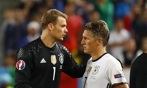 Neuer khó hiểu vì cách Mourinho ghẻ lạnh Schweinsteiger