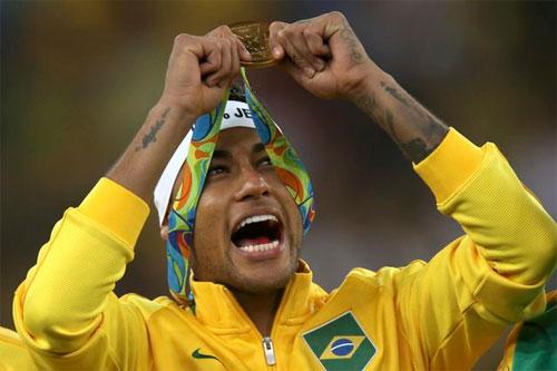 Neymar từ bỏ băng đội trưởng Brazil ngay sau khi vô địch Olympic