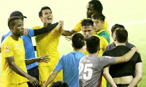 Cầu thủ Hải Phòng suýt đánh nhau sau khi mất ngôi đầu V-League