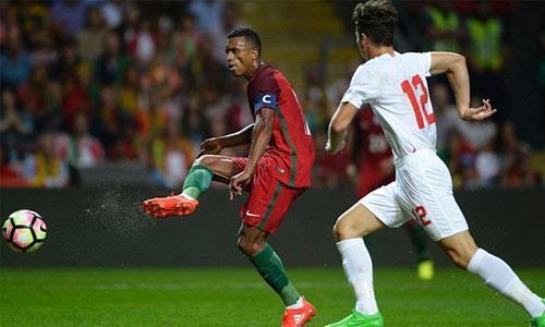 Nani lập cú đúp, Bồ Đào Nha thắng trận đầu với tư cách ĐKVĐ Euro