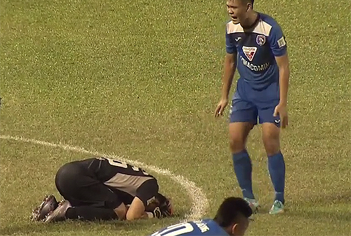 Thủ môn phạm sai lầm, Quảng Ninh mất đỉnh bảng