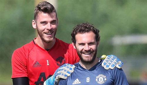 Cầu thủ Tây Ban Nha lên gân với nhau trước derby Manchester