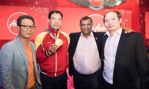 Tỷ phú Malaysia đề nghị Hoàng Xuân Vinh dạy bắn súng