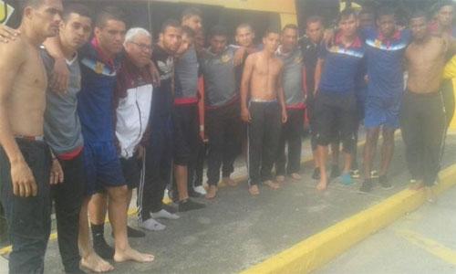 Đội bóng Venezuela bị cướp chặn đường, lột sạch tư trang