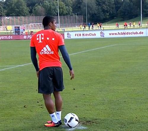 Cầu thủ Bayern đánh gót ghi bàn từ chấm 11 mét