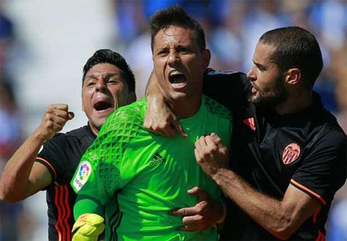 Thủ môn Alves làm nên lịch sử tại La Liga bằng pha cản phạt đền