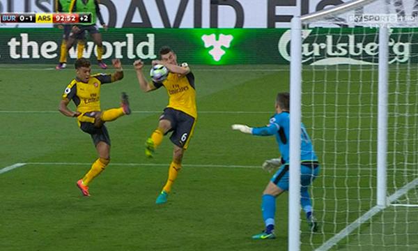 Arsenal thắng nhờ pha ghi bàn gây tranh cãi ở phút 93