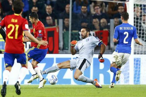 Buffon mắc sai lầm, Tây Ban Nha vẫn không thể thắng Italy