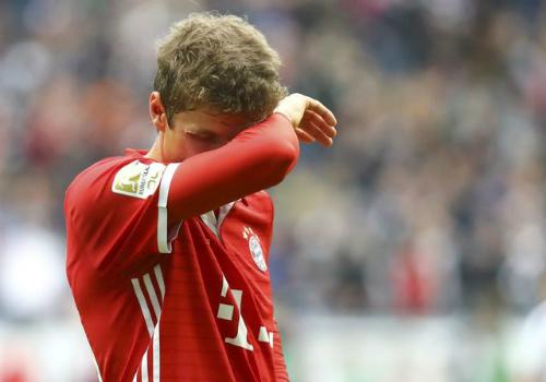Bayern giành một điểm dù đối thủ chơi 10 người