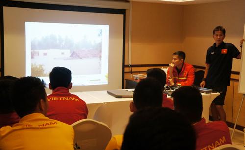 HLV U19 Việt Nam dùng cảnh lũ lụt miền Trung khích lệ tinh thần cầu thủ