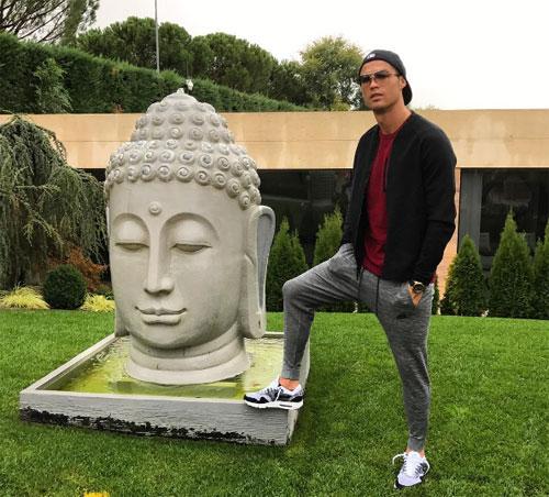 Ronaldo gây phẫn nộ với ảnh dẫm chân lên khu vực đặt tượng Phật