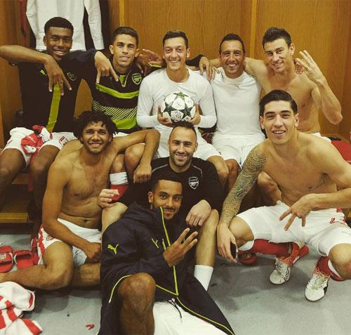 Rio Ferdinand chỉ trích Ozil vì đăng ảnh mừng hat-trick