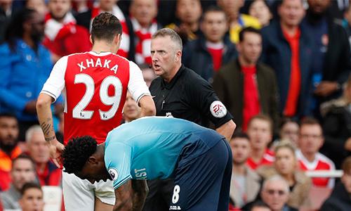 """Trọng tài Ngoại hạng Anh gặp vạ vì đuổi """"máy chém"""" của Arsenal"""