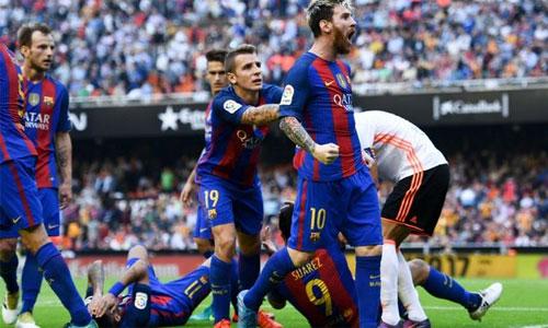 Messi văng tục với CĐV Valencia sau khi ghi bàn