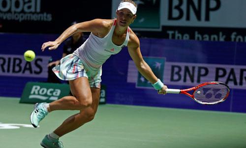 Kerber hạ Halep, tiến gần bán kết WTA Finals