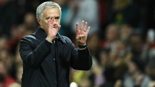 Mourinho chắp tay xin lỗi sau chiến thắng Man City