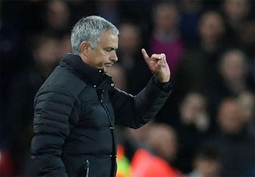 Mourinho đối mặt với án cấm chỉ đạo vì tội chê trọng tài