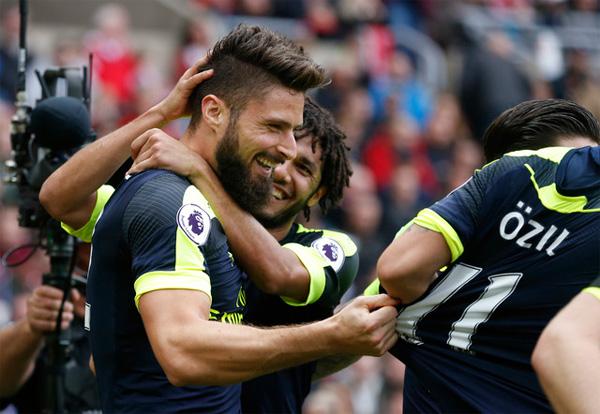 Sanchez và Giroud cùng lập cú đúp, Arsenal trụ vững trong nhóm đầu