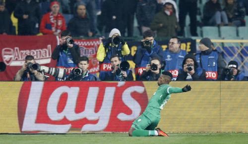 Ozil toả sáng, Arsenal vào vòng đấu loại trực tiếp
