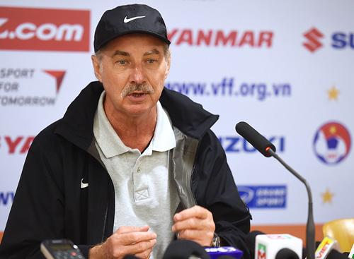 HLV Riedl trách trọng tài thổi phạt đền với tuyển Việt Nam