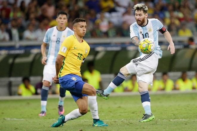 Messi bất lực trong thảm bại của Argentina - ảnh thể thao