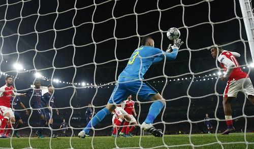 Arsenal lỡ cơ hội chiếm đỉnh bảng vì bàn phản lưới