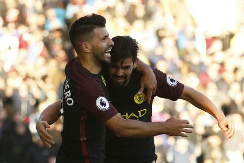 Cú đúp của Aguero giúp Man City chiếm ngôi đầu Ngoại hạng Anh