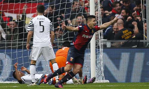 """Genoa 3-1 Juventus: Cái tát """"nảy đom đóm"""" từ con trai HLV Simeone"""