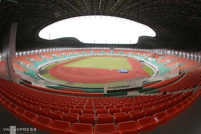 Sân đấu ngổn ngang trước trận Việt Nam - Indonesia - ảnh thể thao