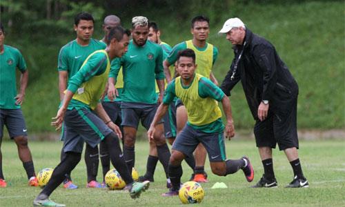 Riedl dùng năm tiền vệ đối chọi Việt Nam ở bán kết AFF Cup