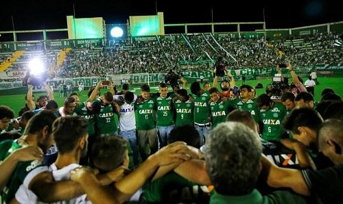 Tất cả trận đấu cuối tuần dành phút mặc niệm cho Chapecoense