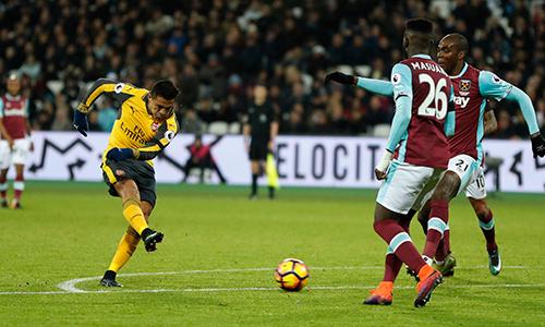 Sanchez lập hattrick, Arsenal lên nhì bảng