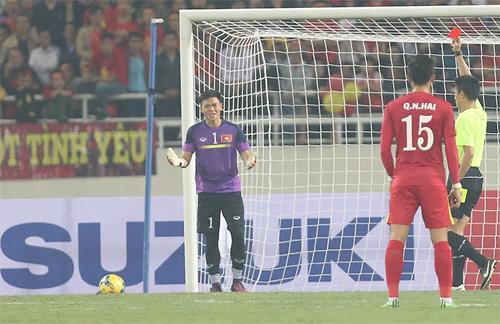 Nguyên Mạnh dính thẻ đỏ vì đánh nguội cầu thủ Indonesia