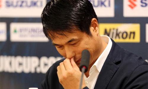HLV Hữu Thắng khóc trong phòng họp báo