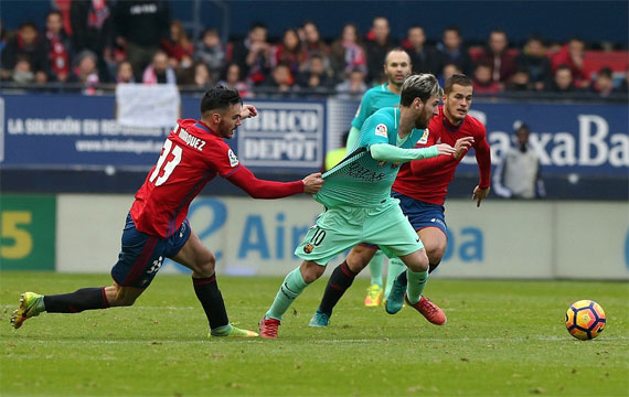 Messi trở thành cứu tinh, giúp Barca bám đuổi Real