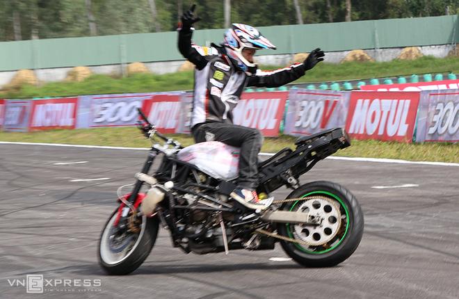 Màn biểu diễn thót tim trên đường đua moto Việt Nam - ảnh thể thao