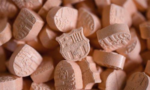 Hàng trăm viên thuốc lắc hình logo Barca bị thu giữ tại Đức