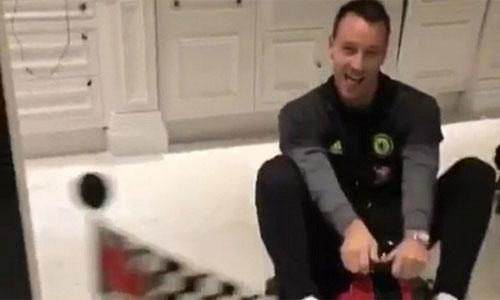 Terry lái xe điện trong bếp, mừng Chelsea cân bằng kỷ lục