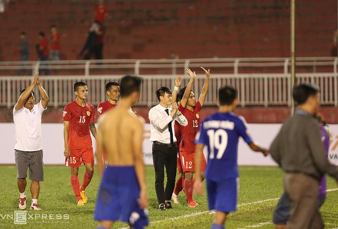 Công Vinh dẫn đội bóng chạy quanh sân cám ơn khán giả - ảnh thể thao
