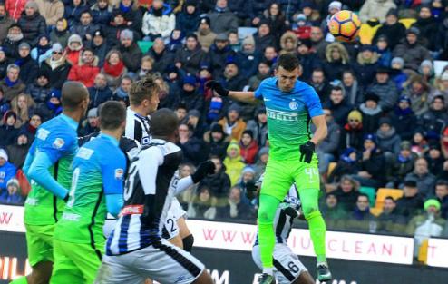 Inter và Roma khởi đầu năm 2017 bằng chiến thắng tại Serie A