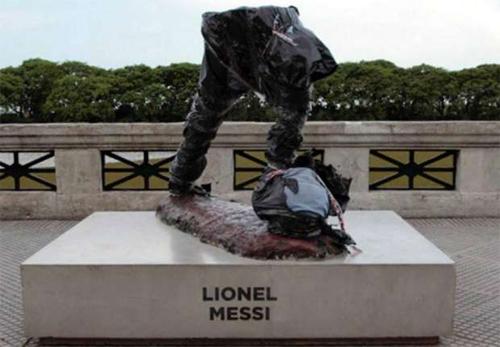 Tượng Messi ở Argentina bị cắt mất nửa trên