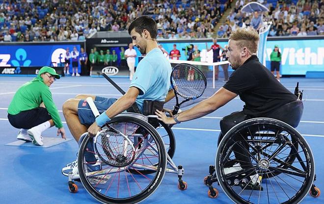 Djokovic chơi quần vợt trên xe lăn trước thềm Australia Mở rộng - ảnh thể thao